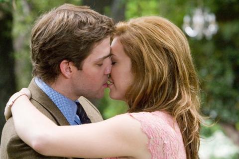 кадры из фильма Лицензия на брак Мэнди Мур, Джон Красински,