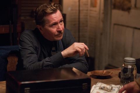 кадры из фильма Самый пьяный округ в мире Гэри Олдман,