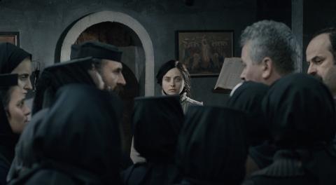 кадры из фильма За холмами