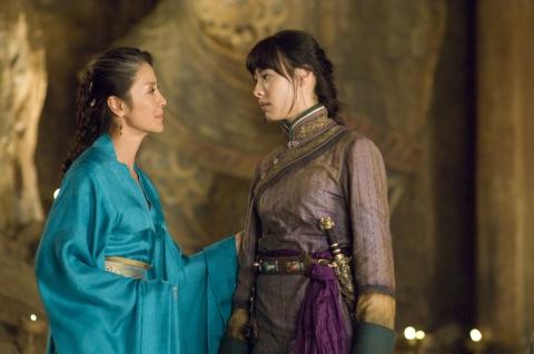 кадры из фильма Мумия: Гробница императора драконов Изабелла Леонг, Мишель Йео,