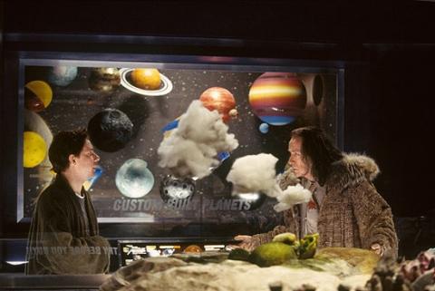 кадры из фильма Автостопом по Галактике Билл Найи, Мартин Фримен,
