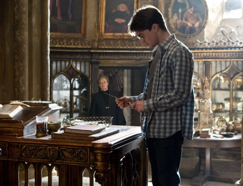 кадры из фильма Гарри Поттер и Принц-полукровка Мэгги Смит, Дэниэл Рэдклифф,