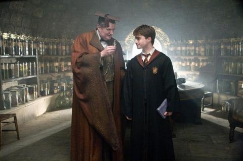 кадры из фильма Гарри Поттер и Принц-полукровка Джим Бродбент, Дэниэл Рэдклифф,