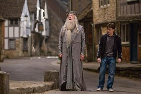 кадры из фильма Гарри Поттер и Принц-полукровка Майкл Гэмбон, Дэниэл Рэдклифф,