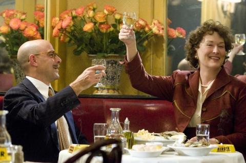 кадры из фильма Джули и Джулия: готовим счастье по рецепту Стэнли Туччи, Мерил Стрип,