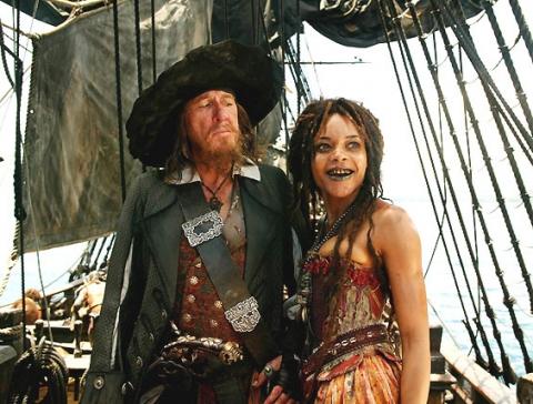 кадры из фильма Пираты Карибского моря: На краю света Джеффри Раш, Наоми Харрис,