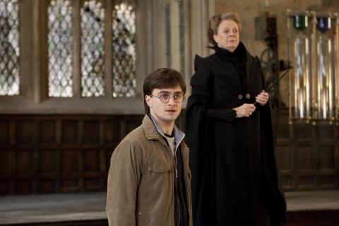 кадры из фильма Гарри Поттер и Дары Смерти: Часть вторая Дэниэл Рэдклифф, Мэгги Смит,