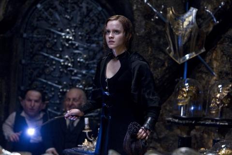 кадры из фильма Гарри Поттер и Дары Смерти: Часть вторая Уорвик Дэвис, Эмма Уотсон,