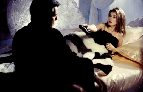 кадры из фильма Умри, но не сейчас Розамунда Пайк, Пирс Броснан,