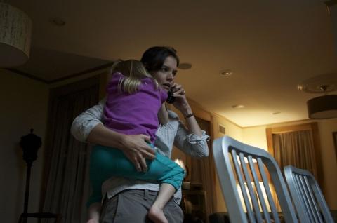 кадры из фильма Опасный квартал Кэти Холмс,