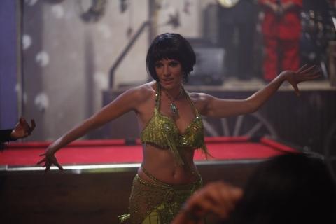 кадры из фильма Совсем как женщина* Сиенна Миллер,