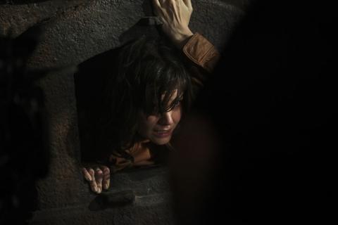 кадры из фильма Не бойся темноты Кэти Холмс,