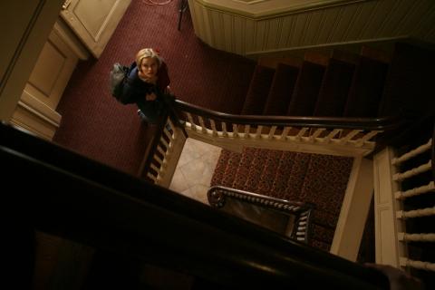 кадры из фильма Тайны старого отеля Сара Пэкстон,