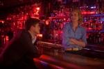 Девушка заходит в бар* кадры