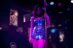 кадр №68174 из фильма Девушка заходит в бар*