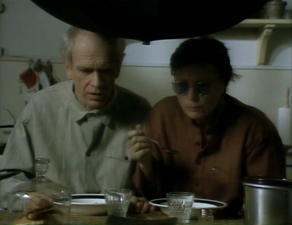 Двое блаженных Отрывок: обед под зонтом