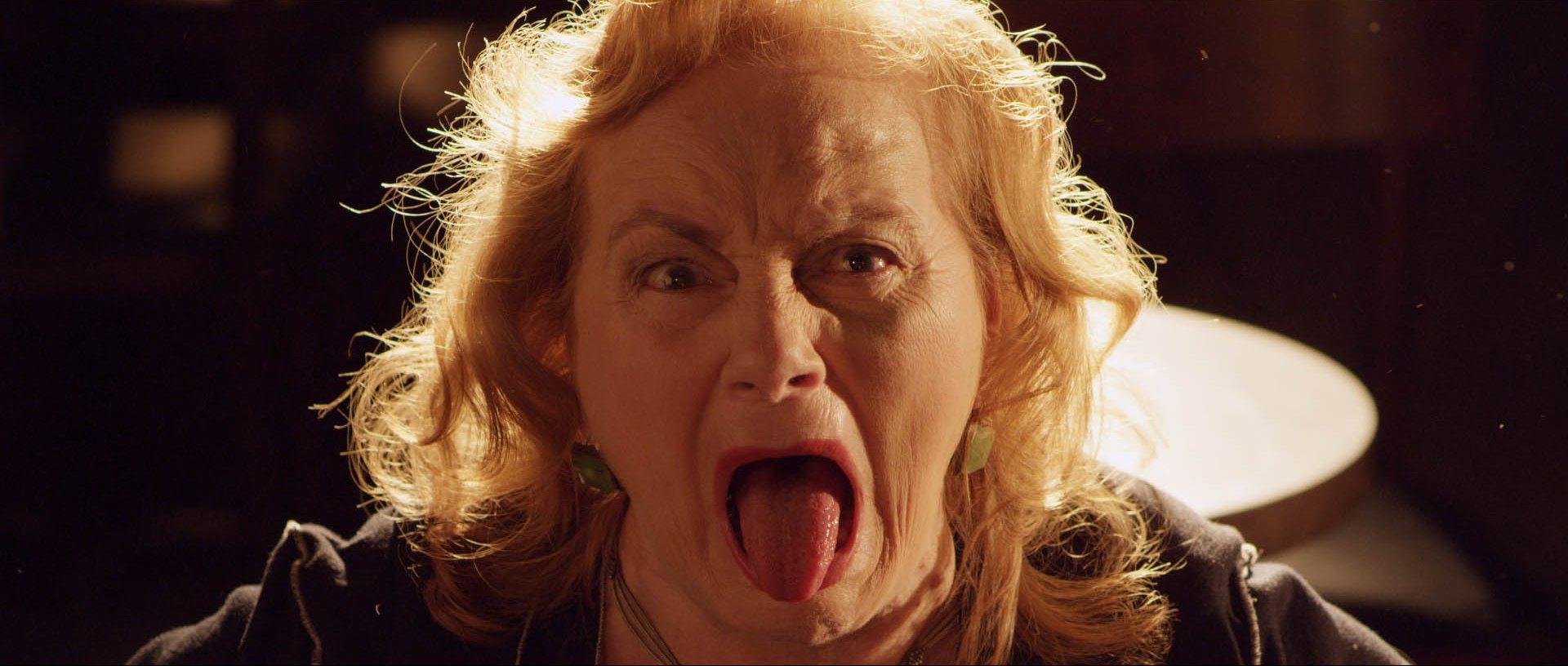 Нежная блондинка делает масаж фото 471-981
